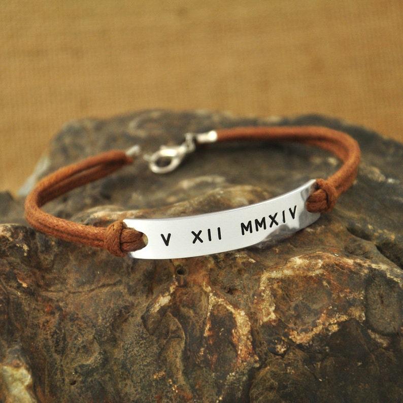 2a478ca17c62 Memoria pulsera mano estampado números romanos regalo