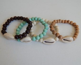 Shell bracelet with wood beads, beach chic, organic jewelry, beach boho, layering bracelet, wood bracelet, neutral, ocean inspired