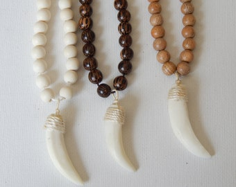 Short tusk necklace with wood beads, layering necklace, beach chic, summer fashion, neutral, horn necklace, bone, bohemian style