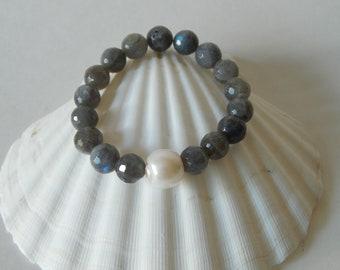 Labradorite bracelet with white freshwater pearl, boho bracelet, stretch bracelet, beach chic, gemstone and pearl bracelet, beaded bracelet
