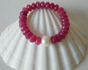 Pink jade bracelet with white freshwater pearl, boho bracelet, stretch bracelet, beach chic, gemstone and pearl bracelet, beaded bracelet