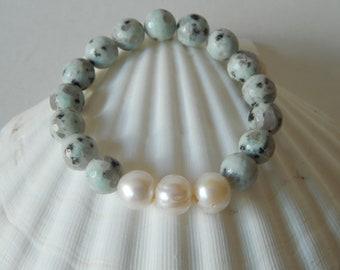 Triple pearl bracelet with faceted kiwi jasper gemstones, boho bracelet, stretch bracelet, beach chic, beaded bracelet