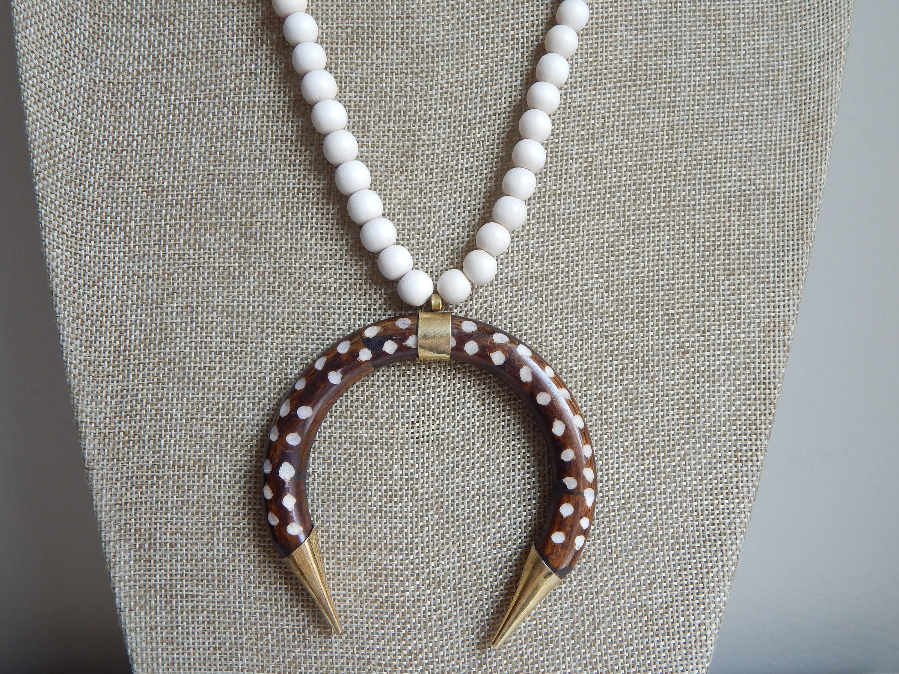 621c70f95d5f7 Dotted double horn brown pendant with white wood beads, horn ...