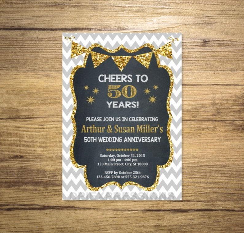 Invitation Anniversaire De Noces Dor Tableau Noir Et Effet De Paillettes Dor 50e Anniversaire Invitation Invitation Anniversaire Chevron