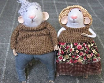 A pair of mice. Married couple.Mouse. Mouse made of wool. Felted mice. White mice.