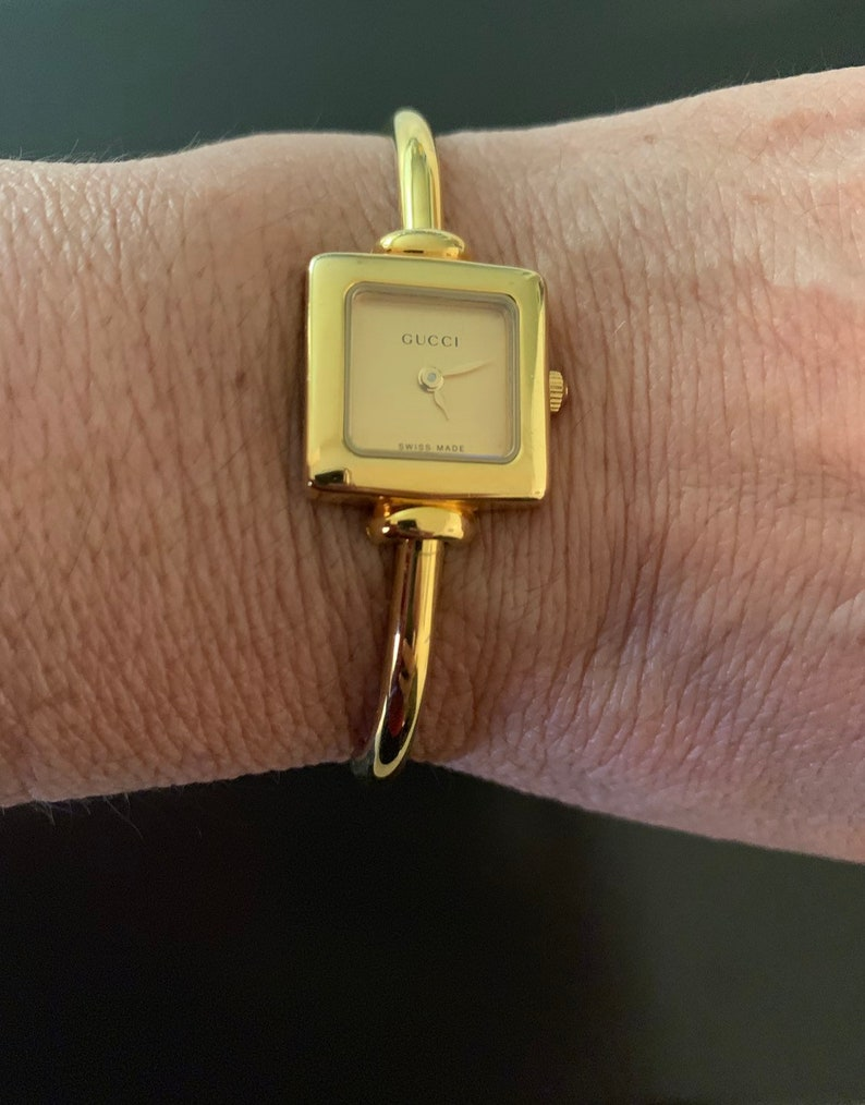 199970b2925 Gucci lovely women s gold watch great cdtn 100% authentic