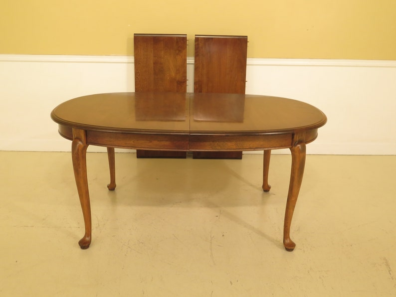 L44898EC: ETHAN ALLEN Queen Anne Maple Dining Room Table