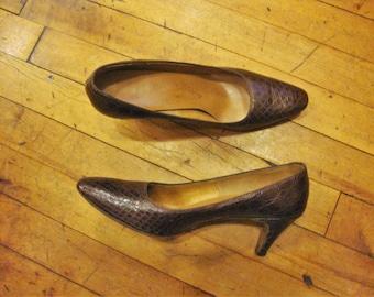 Salvatore Ferragamo | Pumps mit Kitten Heel und Schlangeleder Schnallendetail