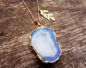 Blau-weiss-goldene exotic Achat Kette mit Blättchen