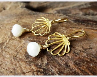 Cute Gold Shell Earrings / Moonstones/ Earrings/bridesmaid gift/ drop earrings/ Gemstone Earrings/ Dangle Earrings/ new