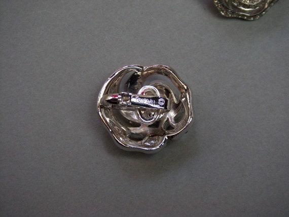 "TRIFARI Earrings (217) of ear signed TRIFARI, ""la… - image 3"