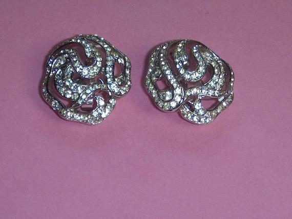 "TRIFARI Earrings (217) of ear signed TRIFARI, ""la… - image 1"