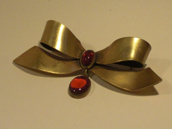 JOSEFF OF HOLLYWOOD Brooch (125) knot, ruby heart,