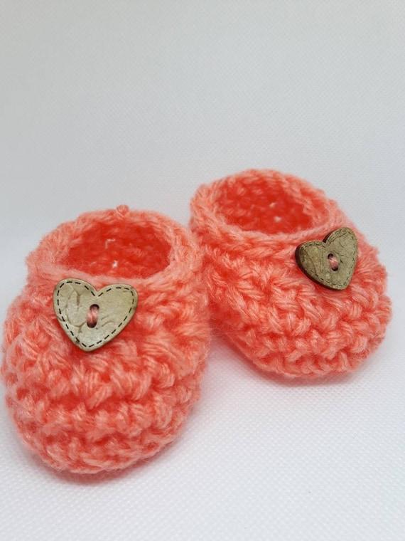 Chaussons, chaussons chaussures nouveau-né, à la main crochet taille 0-6 pour bébé corail mois avec bouton de bois coeur