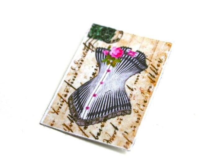 Broche corset victorien sur manuscrit shaby vintage sur toile de lin enduite