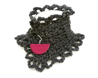 Col bohème crochet main gris anthracite, pic laiton, bois, tissu japonais seigaiha