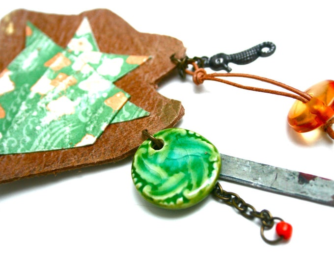 Broche cuir bohème rustique poisson, cuir pleine fleur, papier japonais patiné, céramique, hippocampe, perle donut