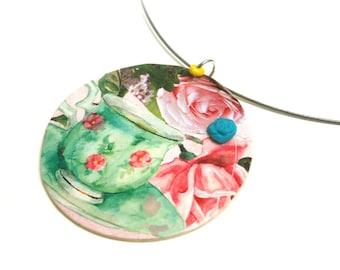 Collier thé roses anciennes grand médaillon bois sur fil cablé, fleur turquoise