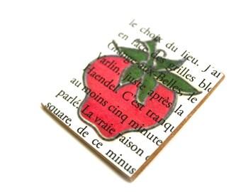 Broche en bois charm fraise vintage sur manuscrit, vernis