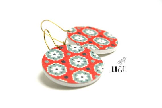 White flowers wood stud earrings red and gray graphics storm, brass