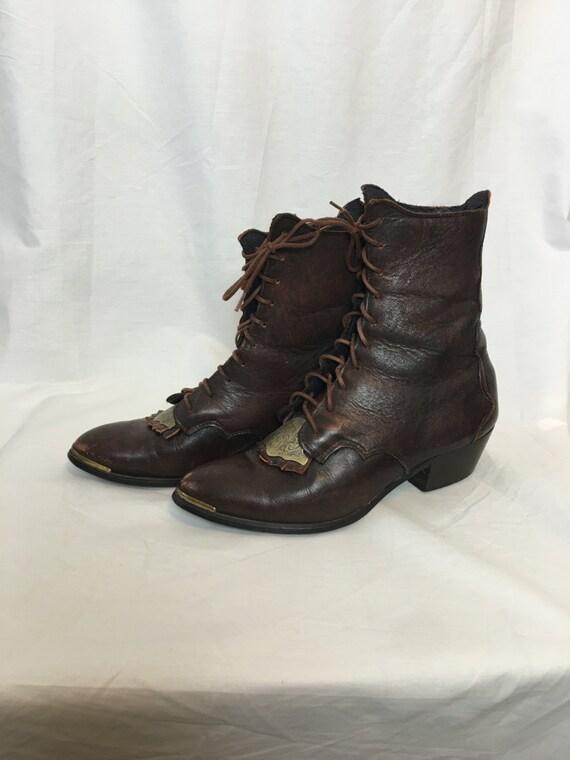 RARE Vintage en cuir équitation équitation équitation bottes taille 6 1/2 robinets en laiton, gravée et Kilty | Excellent (dans) La Qualité  08aea7