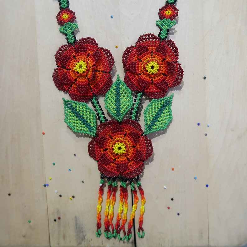 8fdcc6c0af29 Collar de flores rojas collar huichol de chaquiras collar de