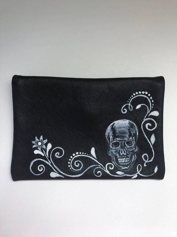 Portefeuille en cuir noir. Porte monnaie, une poche simple. Porte monnaie en crâne peint à la main. Portefeuille en bouton tête de mort en métal argenté. Portefeuille de poche un compartiment.