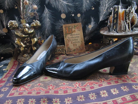 Etienne Aigner Heels Shoes Pumps Black Patent Leather Pointy Pointed Toes Ballet Flat Low Kitten Curved Heel Witchy Goth Granny Chic 90s 7.5