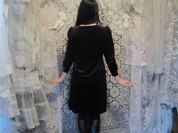 70er Jahre 80er Jahre schwarz samt Kleid weiß Knöpfe ILGWU Puff Poet Ärmel Sekretär Kleid Trad Goth Post Punk Witchy Hexe Mori New Wave Retro Größe 3