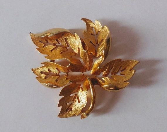 Vintage Gold Tone Leaf Lapel Pin // Coat or Scarf Pin // Brooch // Brass Plated Gold // Boho Jewelry