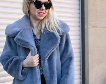 Faux fur mantel blau