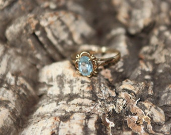 A Pretty Gold and Blue Topaz Ring   SKU1662