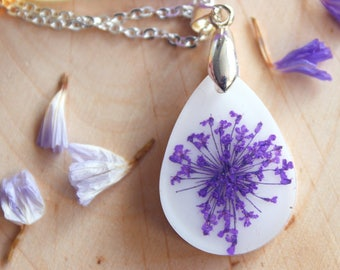 Pendant drop in white resin with purple flowers