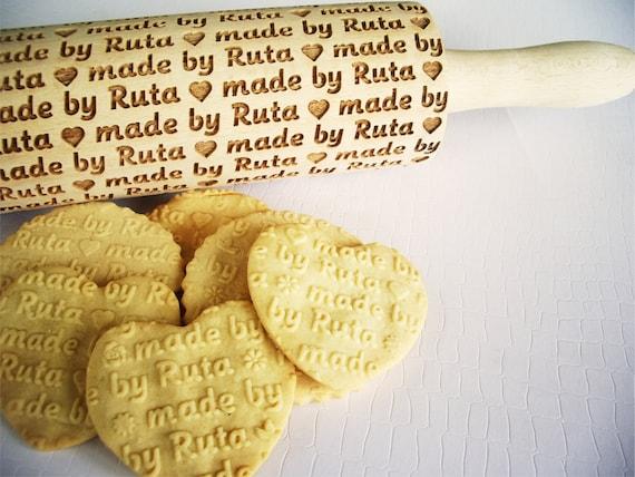 Pin rotante personalizzato con qualsiasi testo. Rotolo in rilievo rullo di pasta per biscotti in rilievo. Lazer inciso