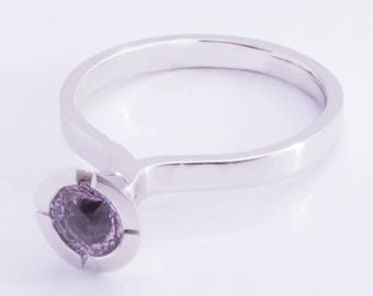 18k white gold ring with purple sapphire of 0,85 ct. Unique style by Cober.