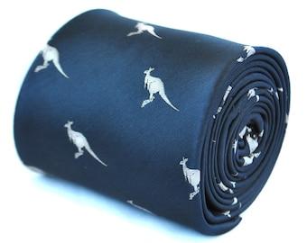corbata azul marino con diseño de canguro con diseño floral de la firma hacia atrás por Frederick Thomas FT1933