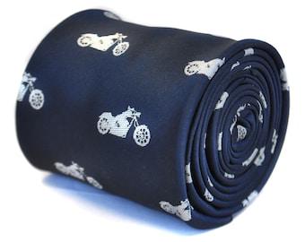 corbata azul marino con diseño de moto bordada con diseño floral de la firma en la parte trasera de Frederick Thomas FT2120