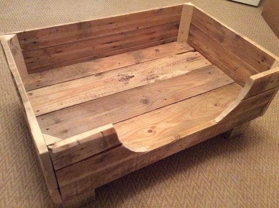 lit pour chien rustique fabriqu partir de bois de palettes etsy. Black Bedroom Furniture Sets. Home Design Ideas