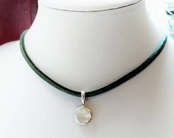Choker with pearl charm