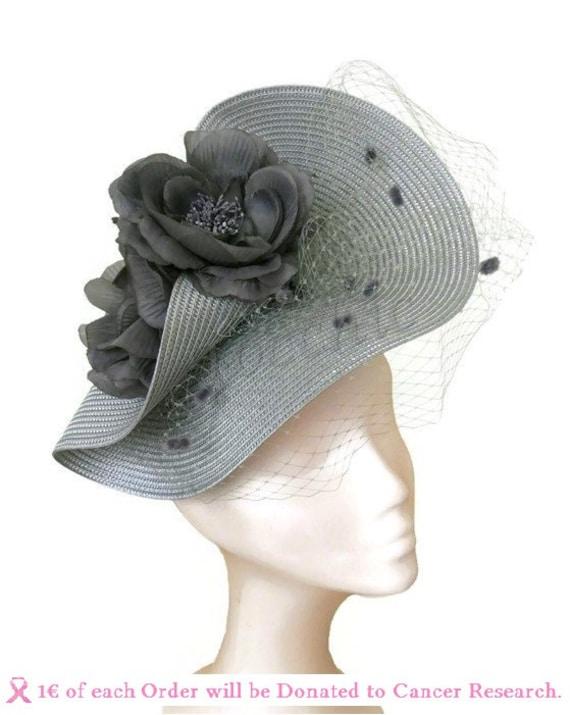 para las carreras Royal Ascot. Tocado para boda con velo y plumas color gris plateado y blanco