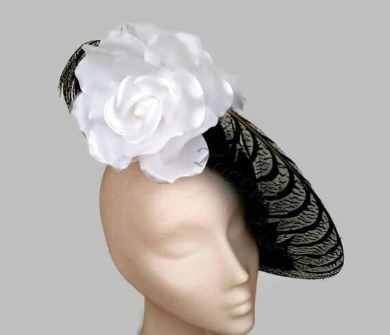 Vestido blanco y negro con pamela