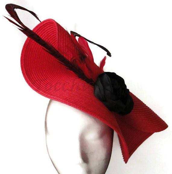 Vestido negro con tocado rojo