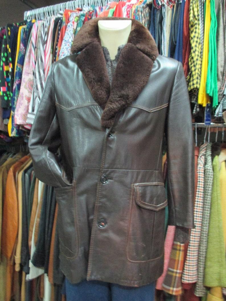 Cappotto marrone di pelle da uomo anni 70 con collo di pelo  523b8dad1b14