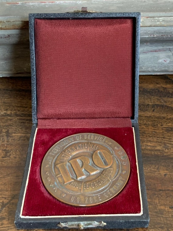 Rare International Refugee Organisation Medallion Awarded To Dr Louis Findlay 1947-1950 US Zone Germany