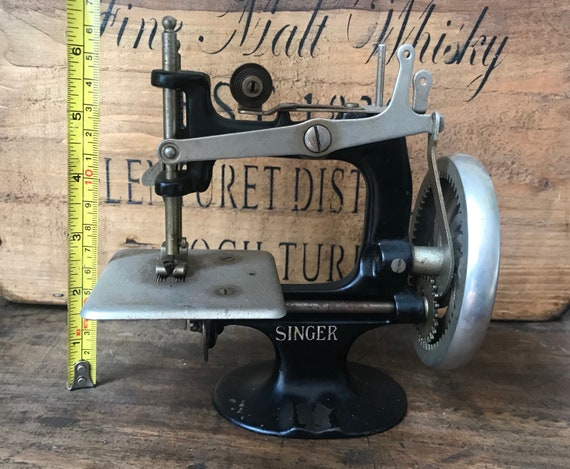 Rare Vintage Cast Iron Miniature Singer Child's Sewhandy Sewing Machine