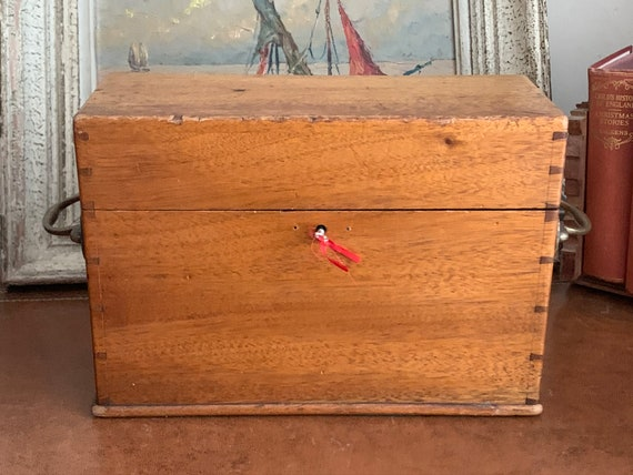 Early 20th Century Oak Humidor Cigar Box With Brass Handles And Working Lock With Key