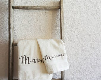 Embroidered towels. Ideal as a gift for Mother's Day-the Ricamificio