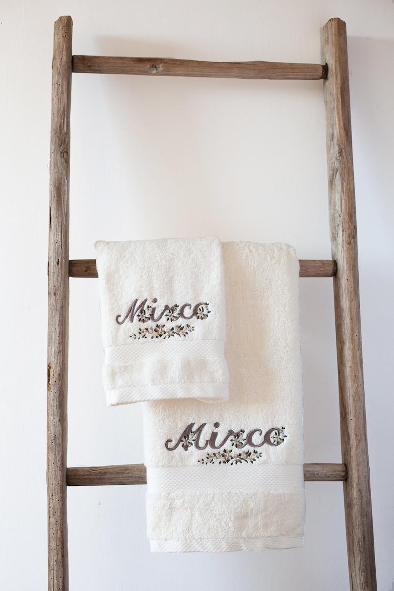 Coppia di asciugamani in spugna di cotone con nome ricamato  f70bd7244bdc