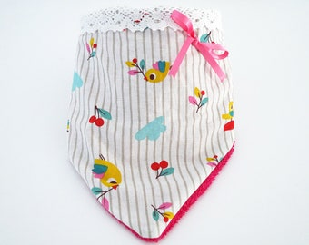 Bandana bib in cotton fabric with birds/cherries, white lace and pink towelling