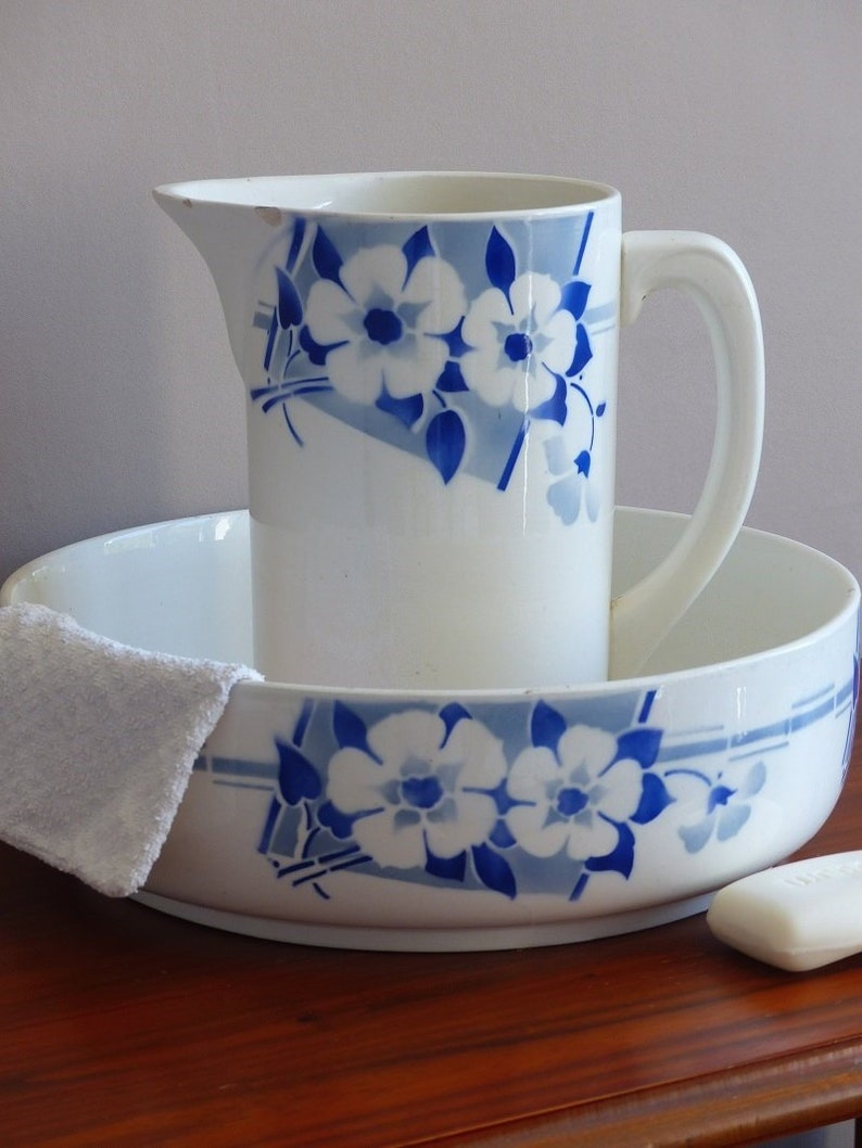 French toilet jug and bowl set, wash bowl and pitcher bathroom set from the  Art Deco period  Sant Amand